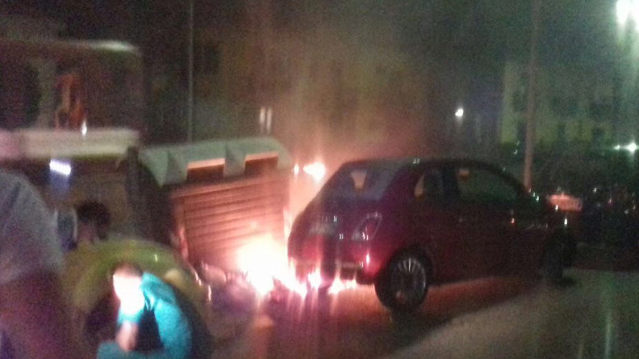Emergenza rifiuti: fuoco alla spazzatura, cittadini salvano vettura
