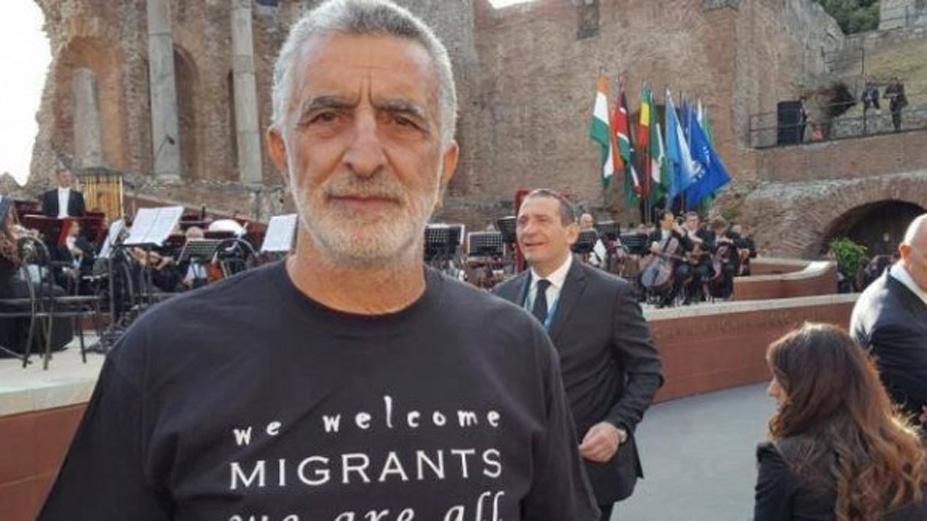 Una colletta per donare giacca e camicia al sindaco