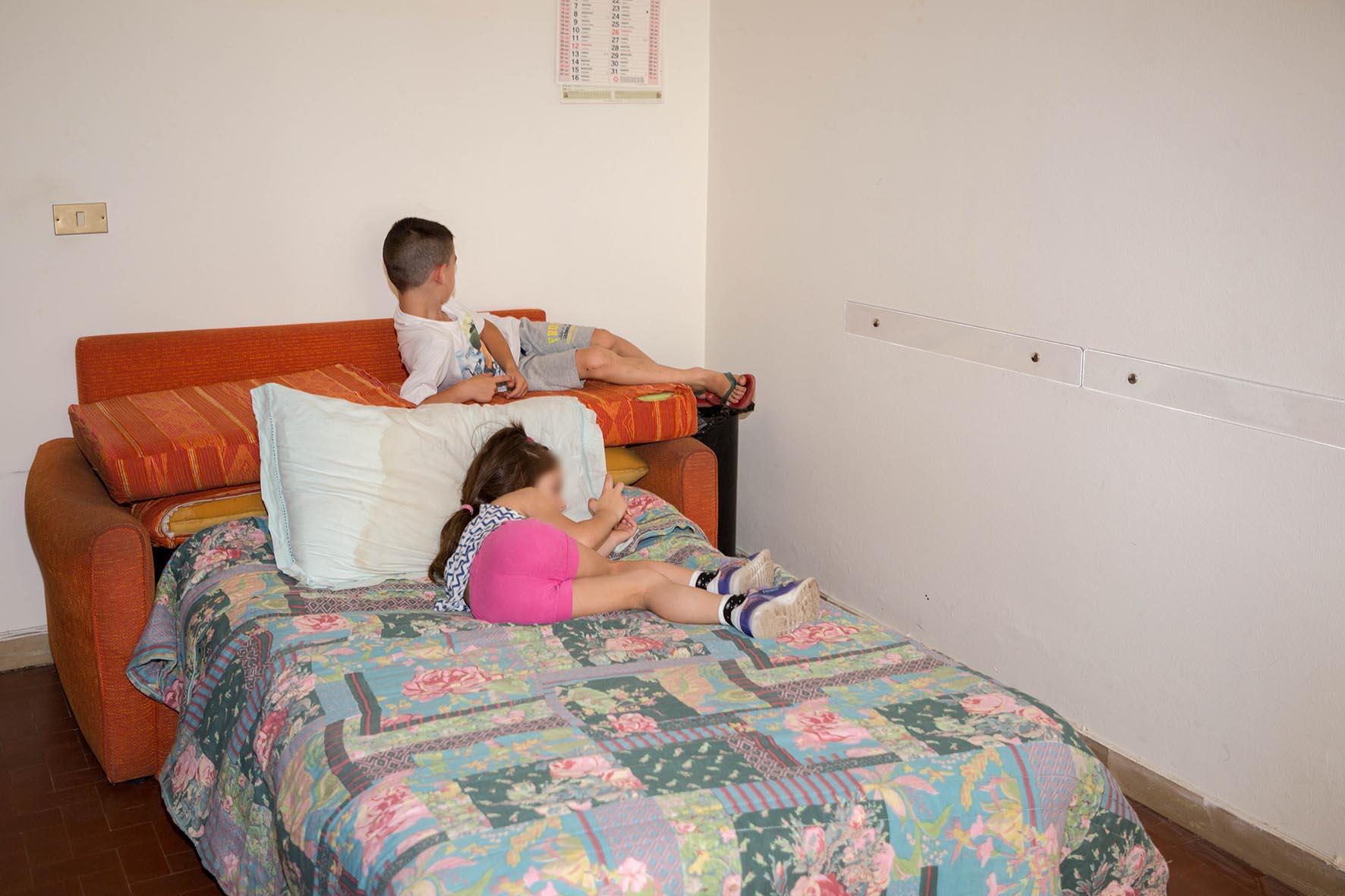 """Il più piccolo ha tre mesi nella """"Bouganville"""", 15 minori autorecuperano. Querelle con Pino"""