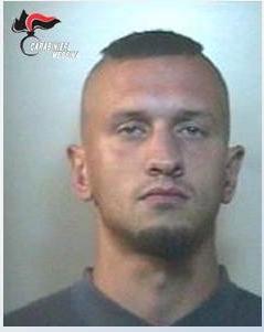 Risiedeva abusivamente in un ex albergo dove nascondeva droga e munizioni. Arrestato barcellonese