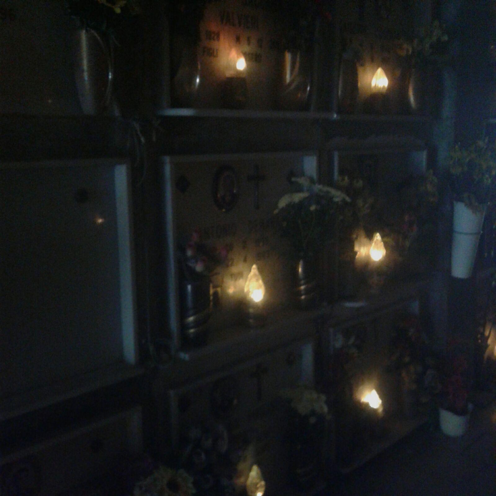 Piramide del cimitero al buio, nei corridoi solo la luce perpetua…