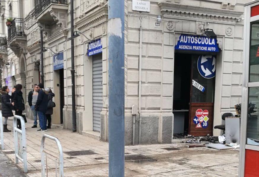 """Incendio danneggia autoscuola """"La milanese"""", panico a Largo Seggiola"""