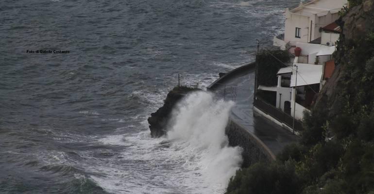 Eolie isolate, fiume di pomice invade Lipari - Messina Oggi