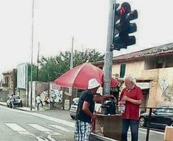Camaro, ambulante creativo vende caffè con macchinetta alimentata dal semaforo