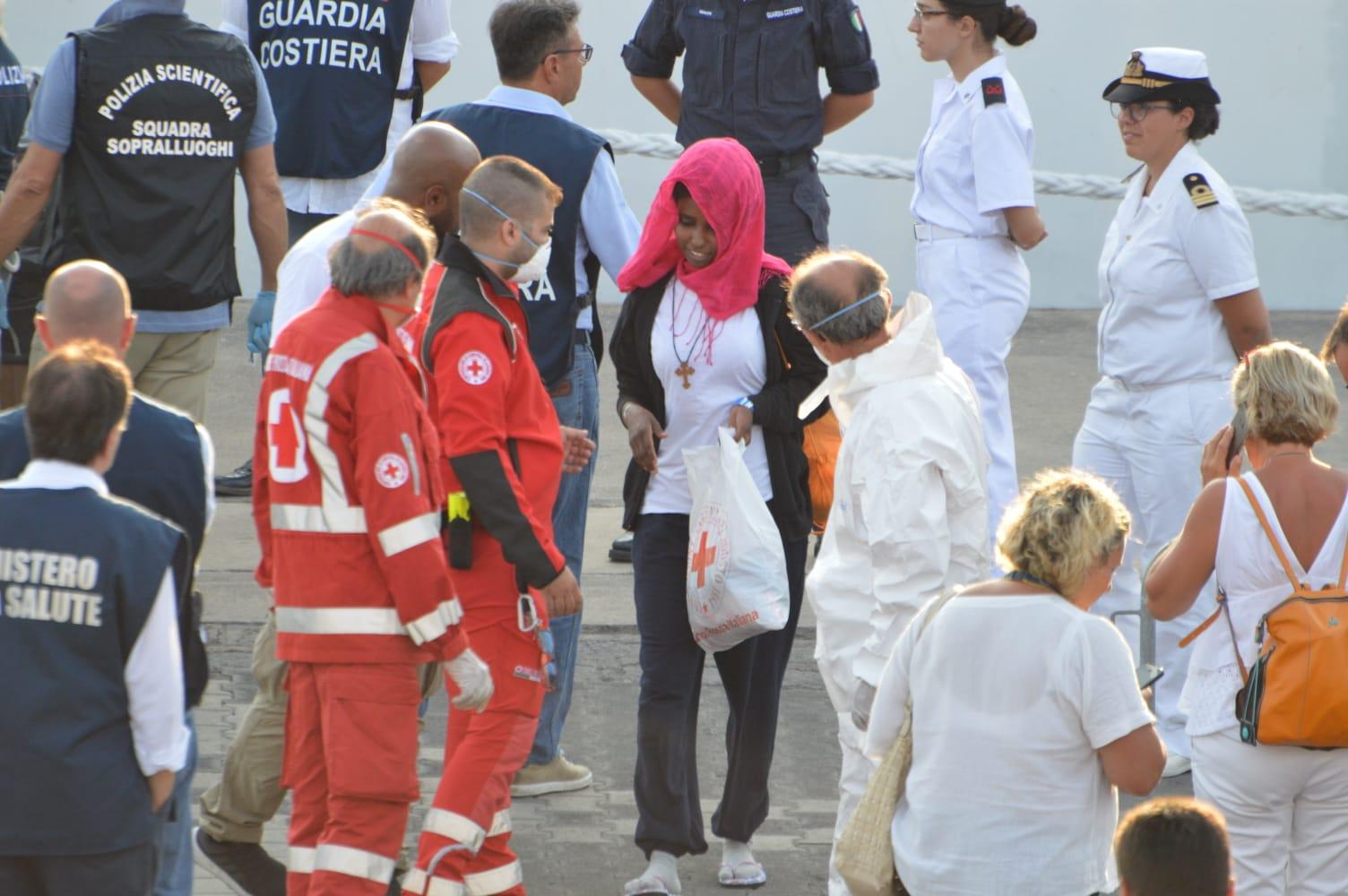 Migranti salvati dalla Stromboli all'hotspot Bisconte