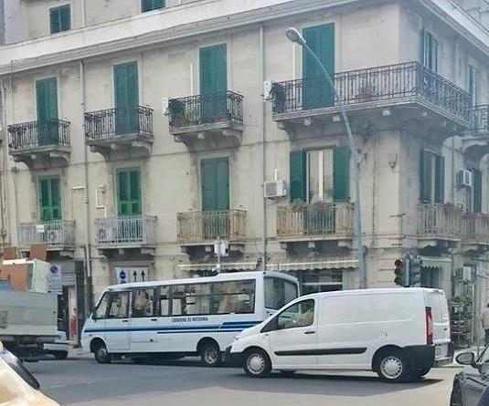 In soccorso di 21 ragazzini disabili tre pulmini di cooperativa, scuse pubbliche di De Luca per averli lasciati a casa per 3 giorni