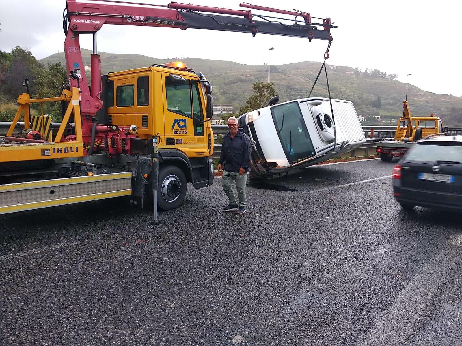 Si ribalta furgone sulla A20 all'altezza svincolo Messina Gazzi. Caos totale prima di trainarlo via col carroattrezzi