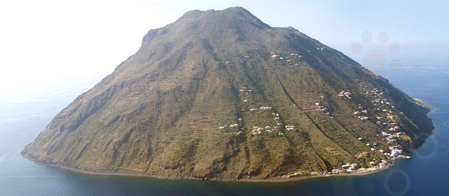 Frana ad Alicudi, sei famiglie isolate