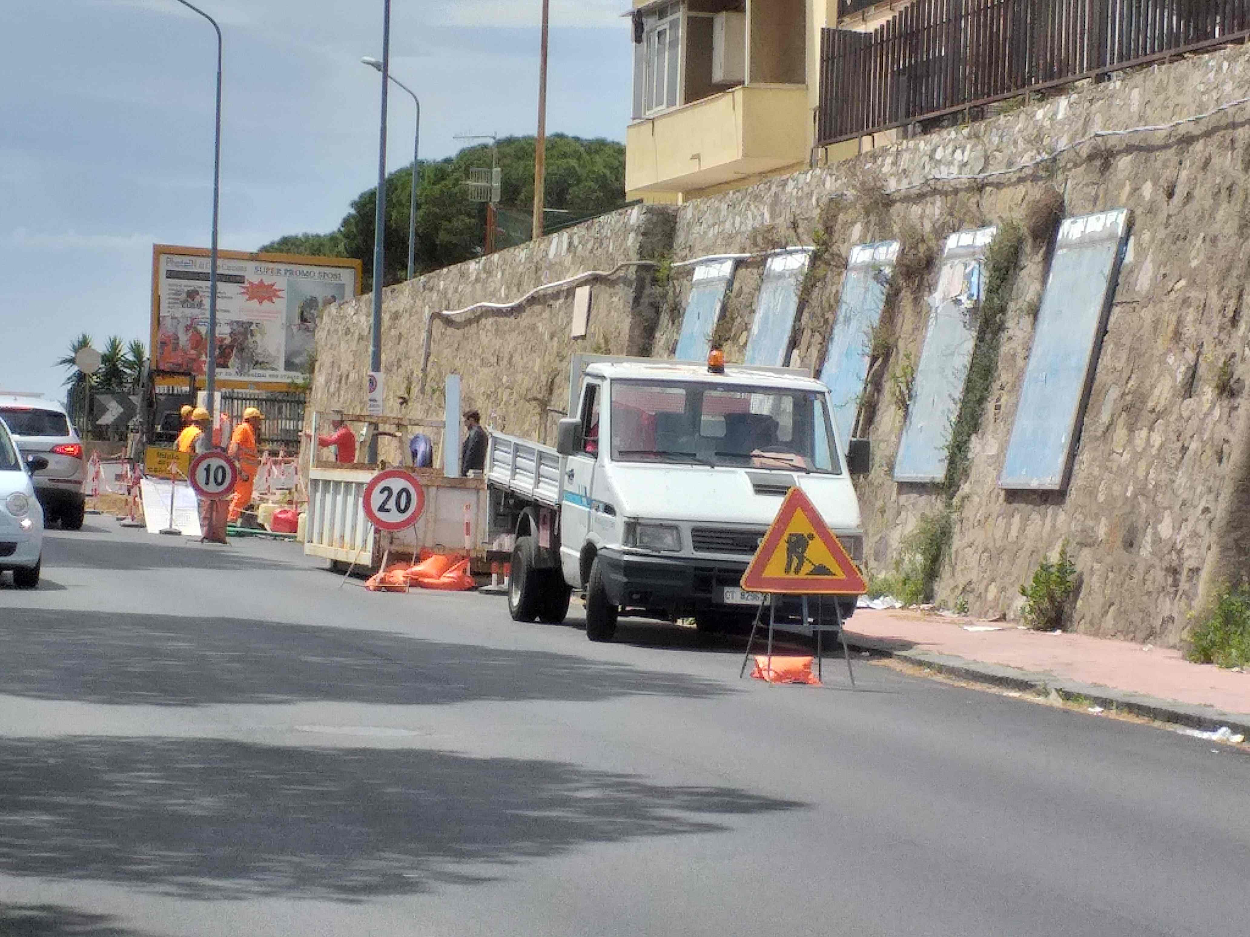Paradosso sul viale Regina Elena: strada asfaltata e distrutta per la fibra