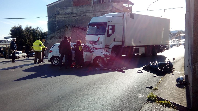 Scontro auto-moto sulla Statale: ferito un motociclista