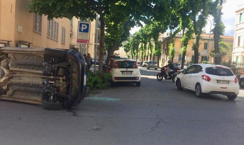 Via Geraci, scontro fra due automobili: miracolosamente illesi gli occupanti