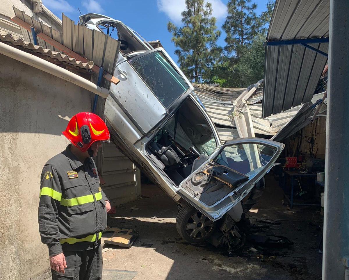Drammatico incidente, l'auto precipita su un capannone. Due feriti in condizioni gravi
