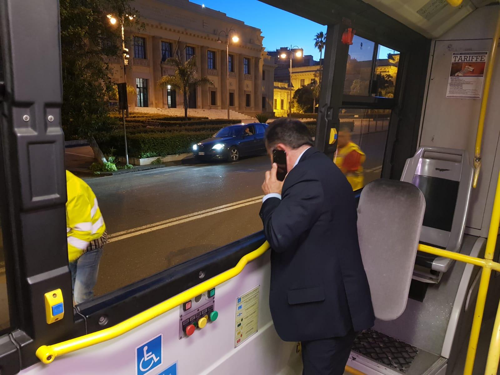 Vandali sul bus: sfondato un vetro del numero 17