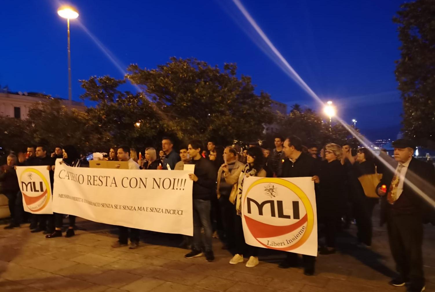 """""""Cateno resta con noi"""", deluchiani in piazza per """"protestare"""" contro il sindaco"""