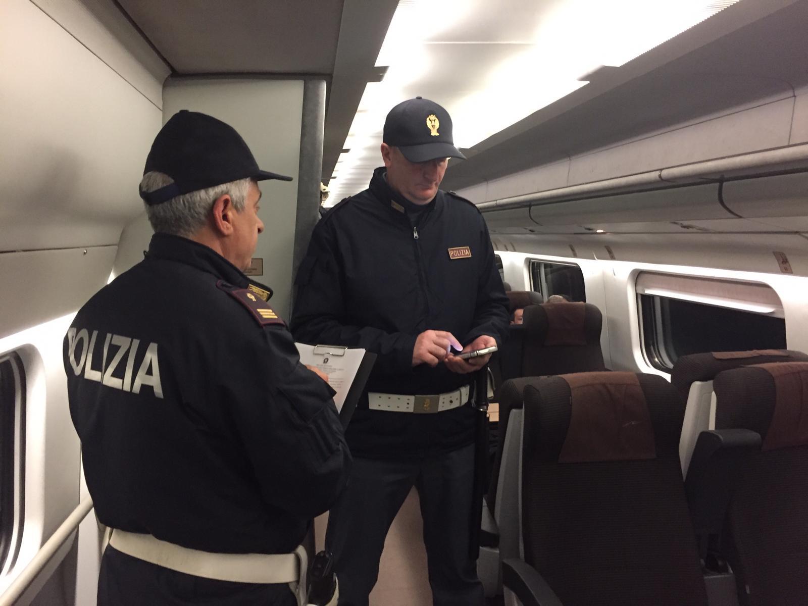 Si aggrappa a un treno in transito: gambiano finisce in manette