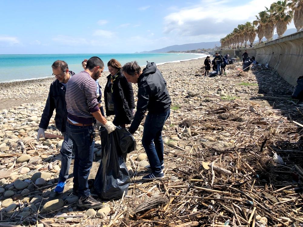 S.Agata di Militello: tutti insieme appassionatamente a pulire la spiaggia