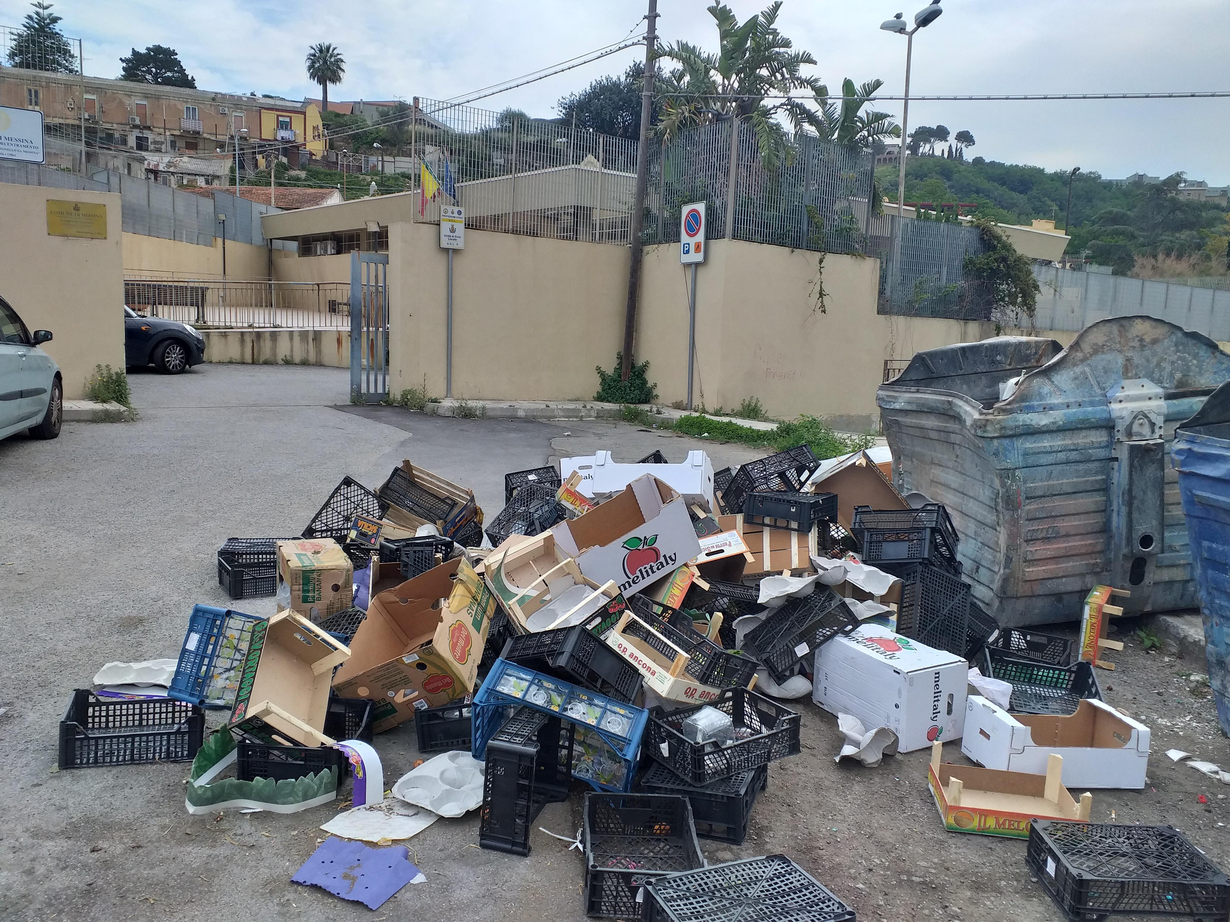 V Circoscrizione, abbandonati rifiuti davanti alla sede