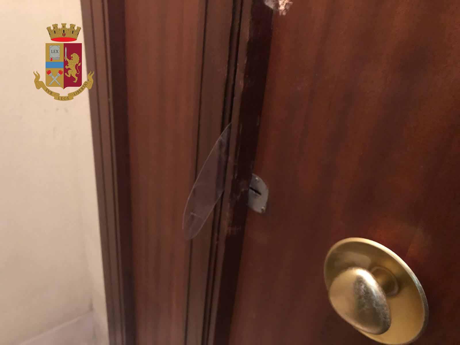 Cercano di intrufolarsi in un appartamento: arrestati due georgiani