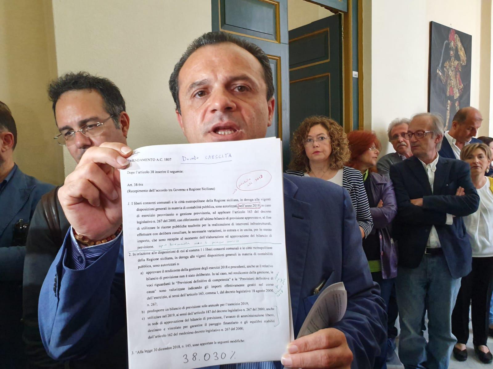De Luca chiude l'ex Provincia e si barrica in ufficio