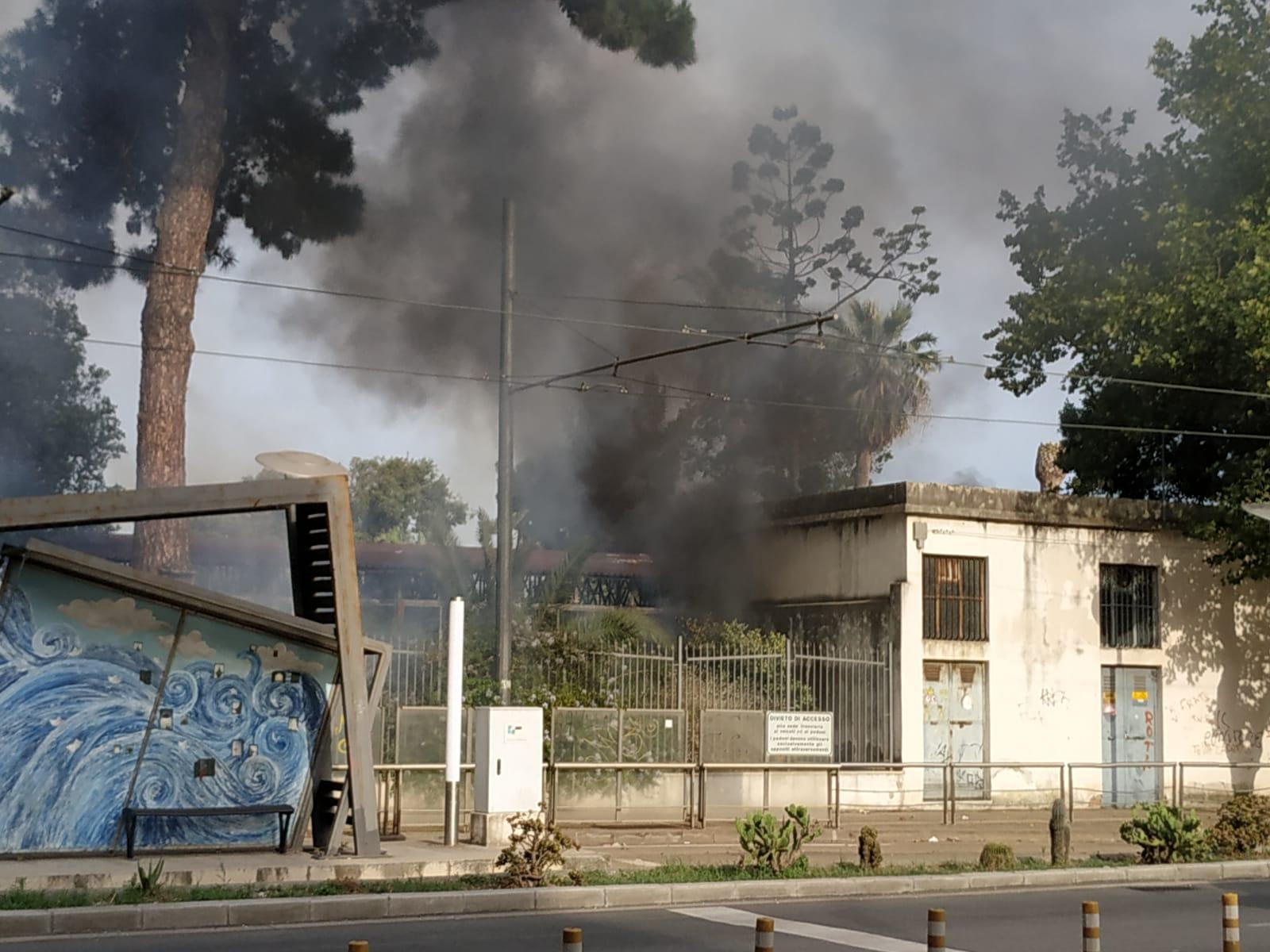 Incendio alla Cittadella fieristica, danneggiato un capannone