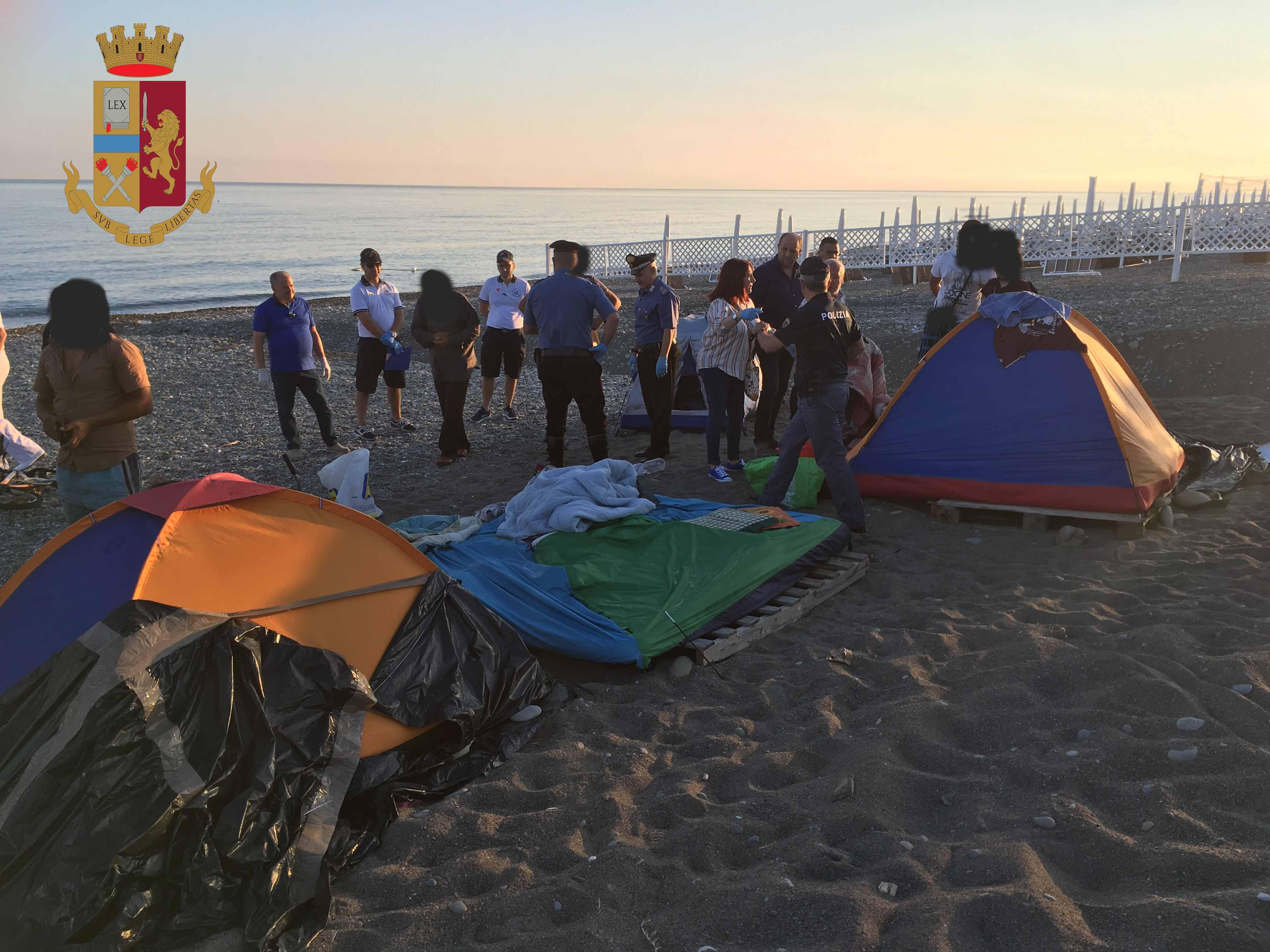 Poliziotti e carabinieri sgomberano dalla spiaggia accampamento nomadi