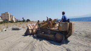 Galati Marina, avviata la pulizia della spiaggia