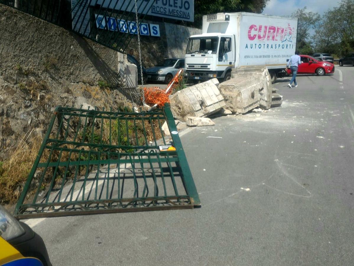 Centro Neurolesi, furgone abbatte colonna storica