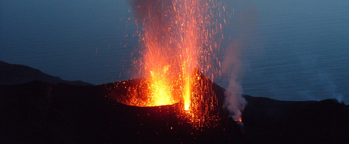 Stromboli irrequieto: tremori e nuova eruzione