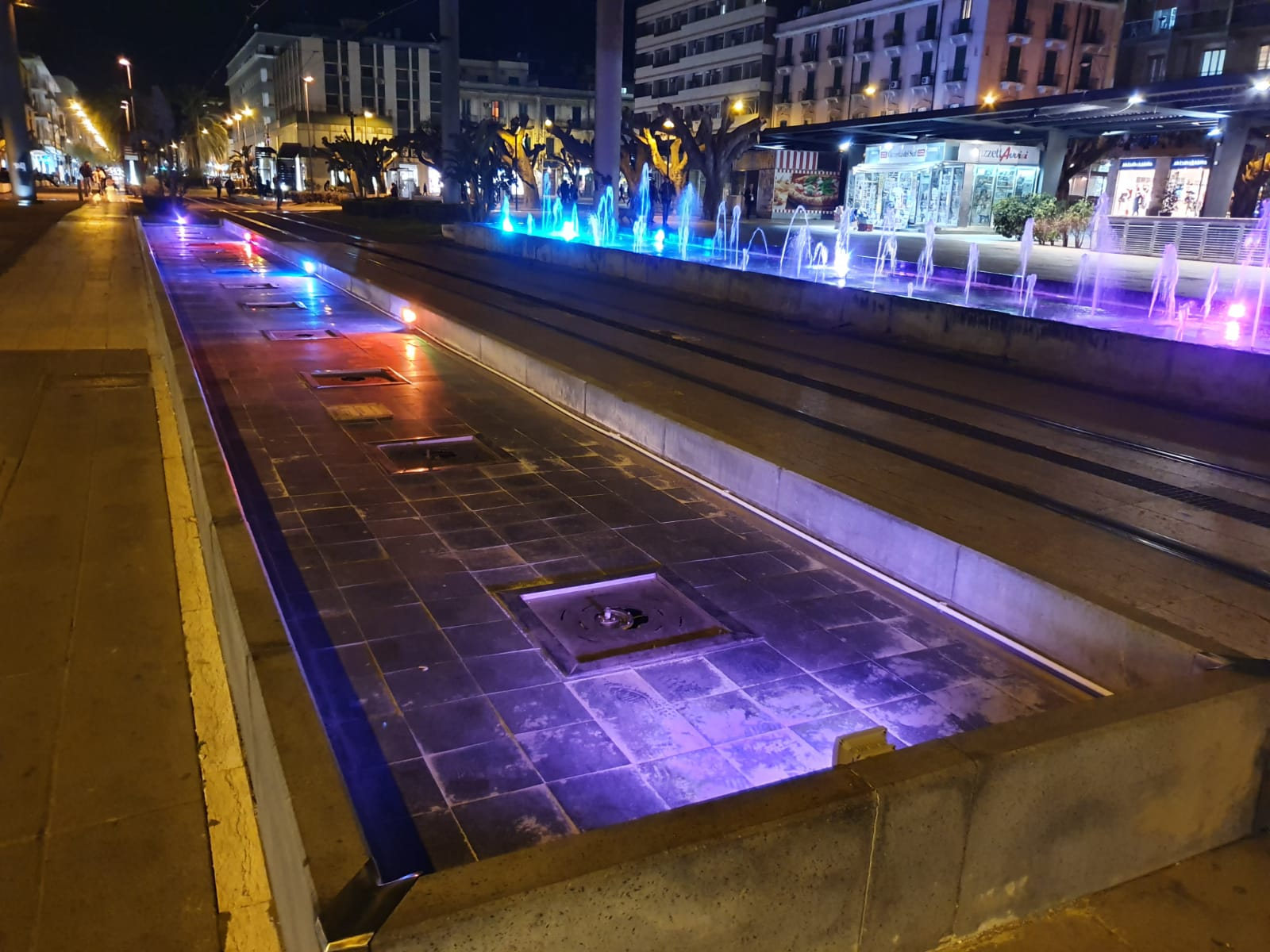 La fontana di piazza Cairoli zampilla a metà: rotta dopo meno di due mesi