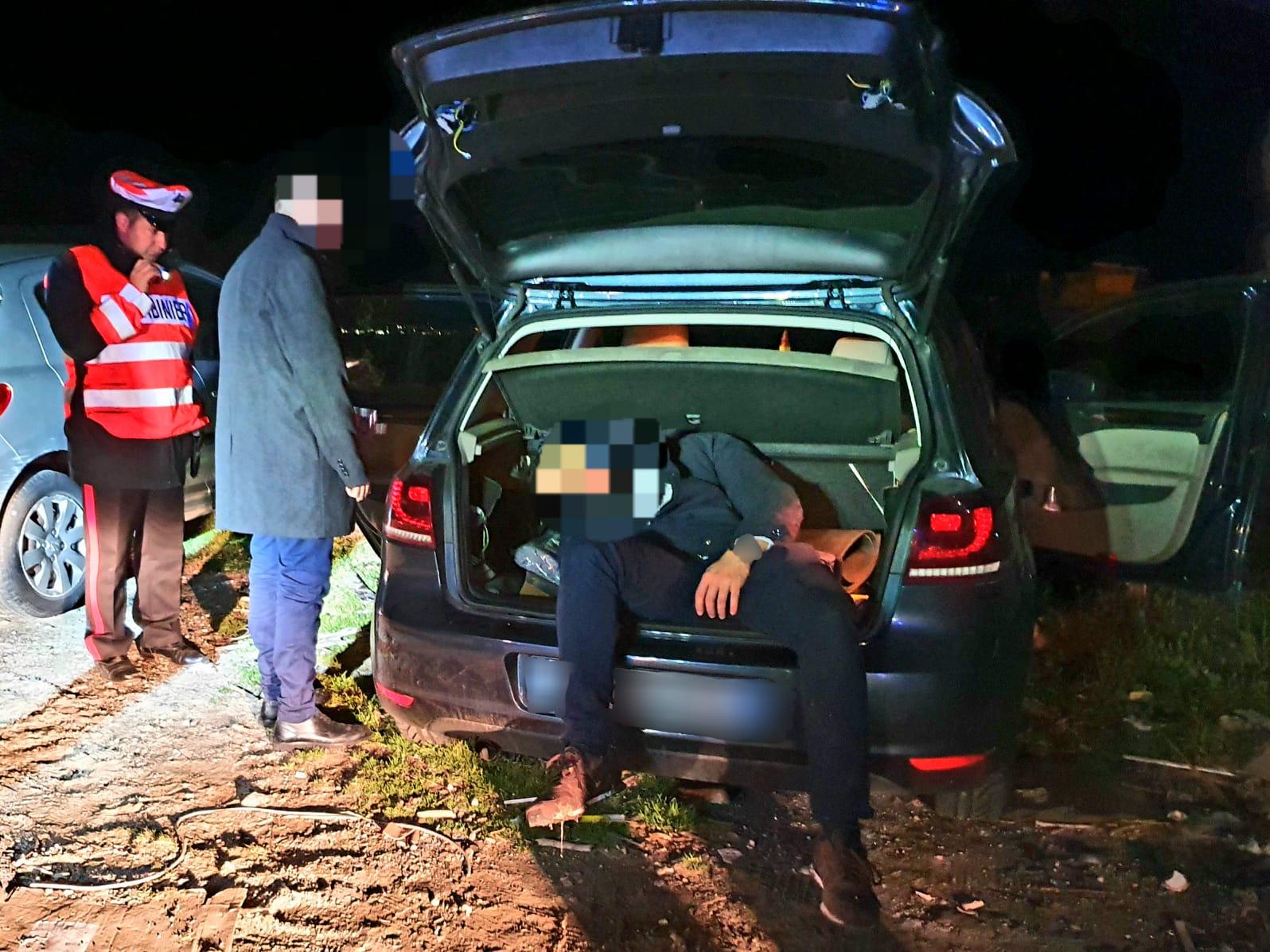Svenuti in auto: giovane nascosto nel bagagliaio