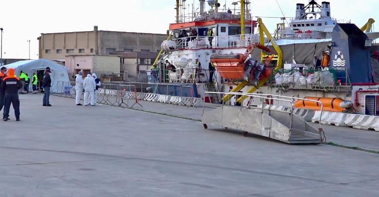 Sea Watch arriva e sbarca migranti, Messina zimbello d'Europa