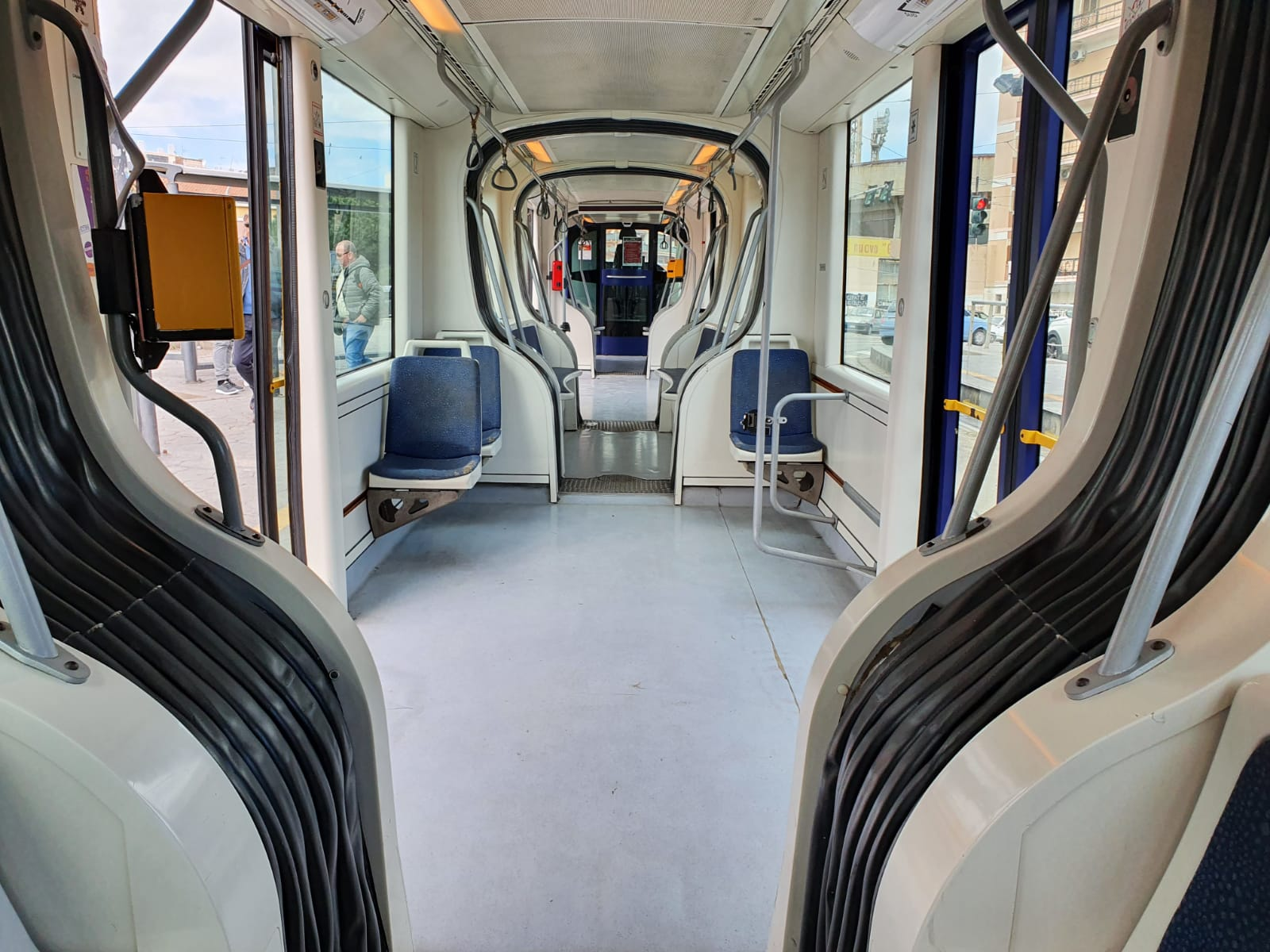 Palpeggia ragazze sul tram: 59enne finisce in manette