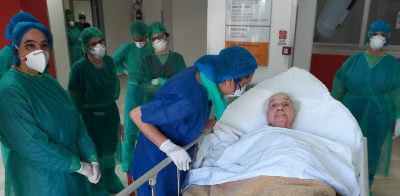 Policlinico, dimessa paziente centenaria: è festa
