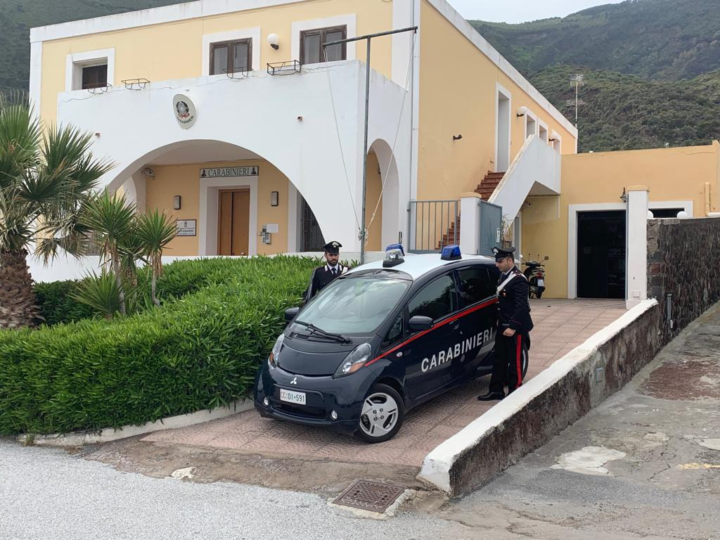 Coltiva marijuana in casa: 22 arrestato a Santa Marina Salina