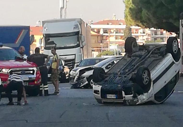 Scontro sulla Statale, auto si ribalta: due feriti
