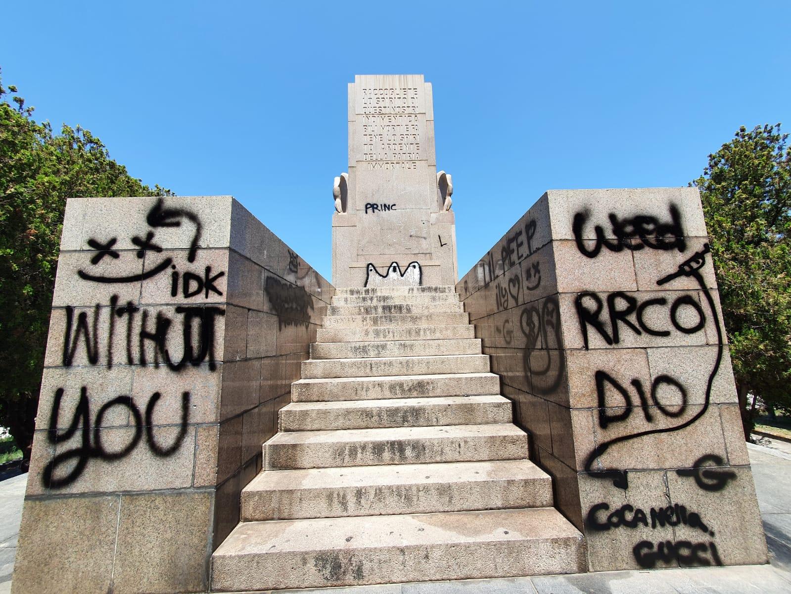 Sfregiato il monumento ai Caduti