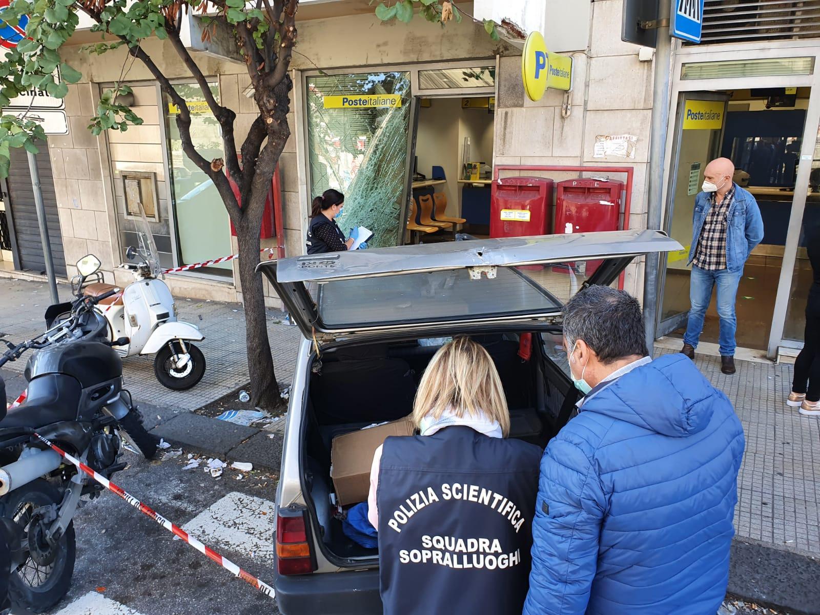 Rocambolesca rapina alla Posta, i banditi sfondano vetrata con l'auto