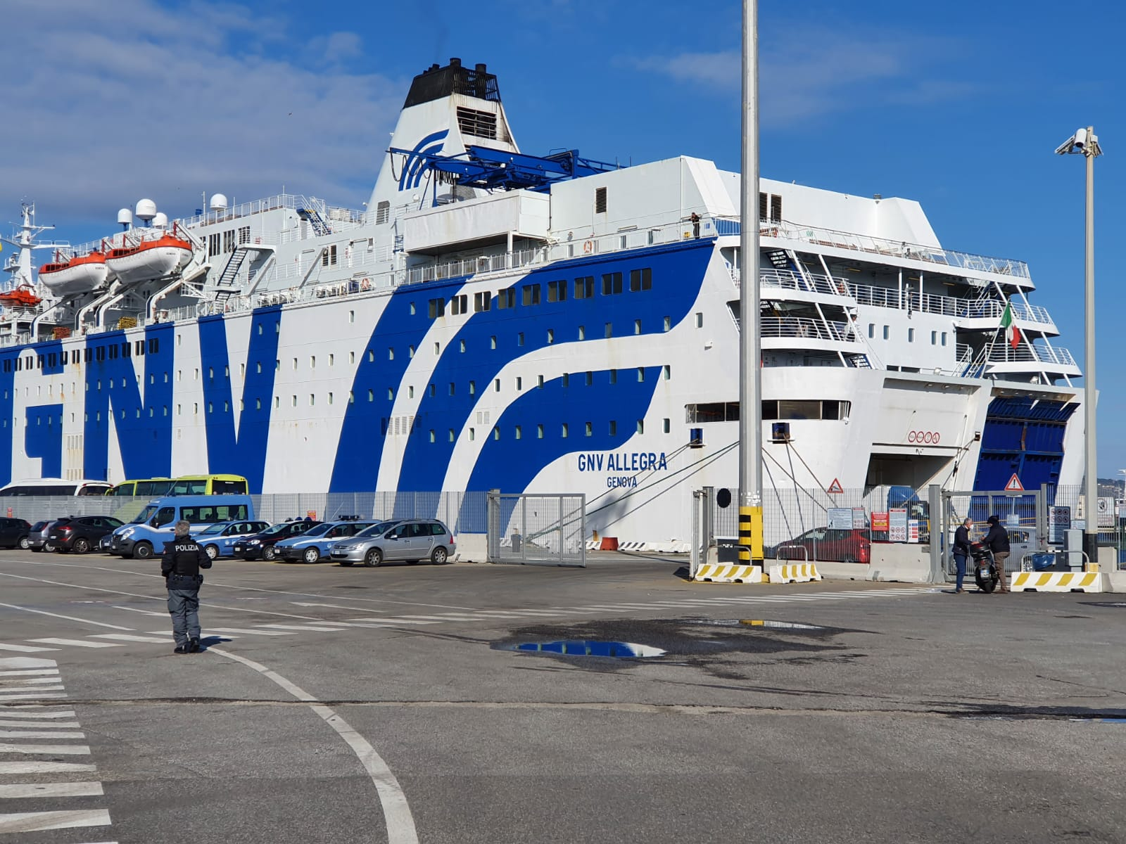 Sbarcati 150 migranti da nave-quarantena: tutti negativi