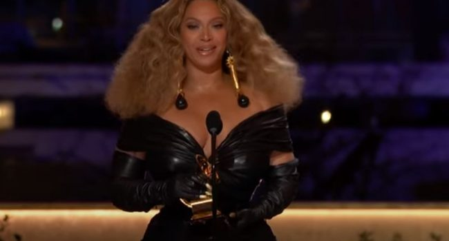 Beyoncè domina i Grammy, Billie Eilish disco dell'anno