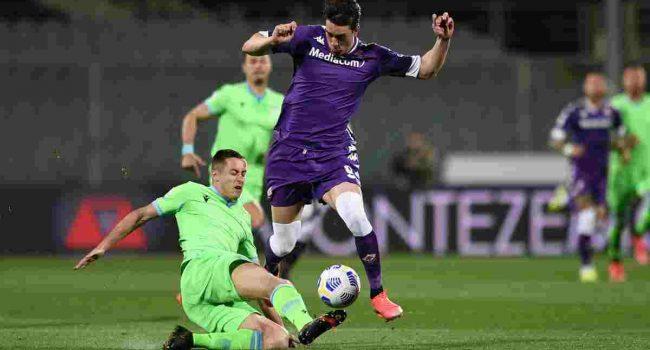 Vlahovic trascina la Fiorentina, battuta la Lazio 2-0