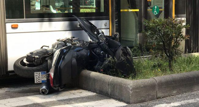 Con lo scooter sotto il tram: miracolosamente illeso