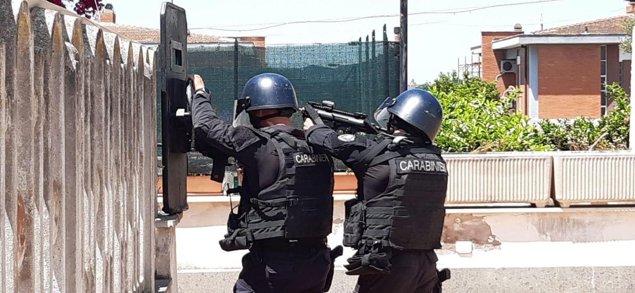 Tragedia vicino Roma, morti anziano e due bambini colpiti da spari in strada