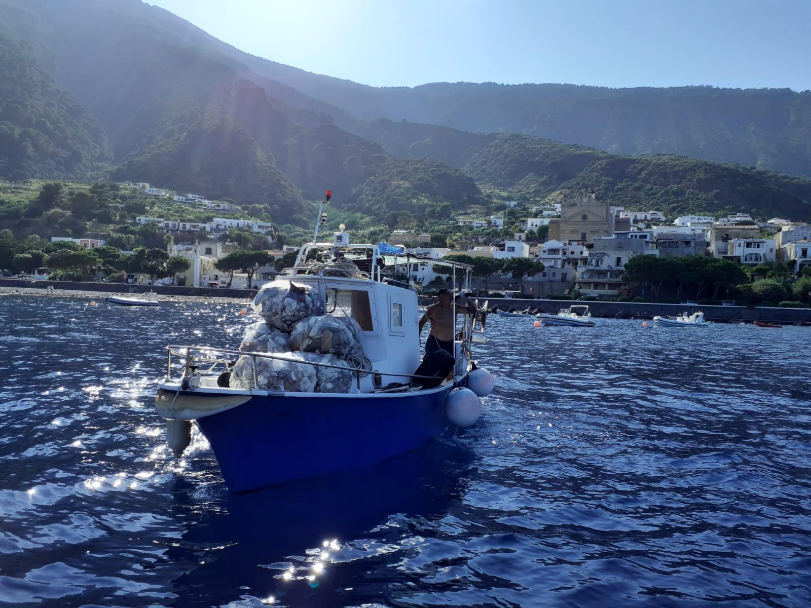 """Maxi bonifica alle Eolie, 61 barche """"pescano"""" plastica"""