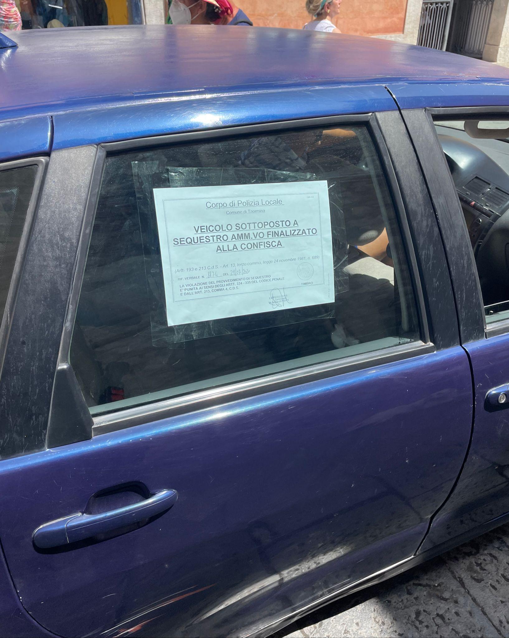 Manovre spericolate al Lumbi, automobilista stangato